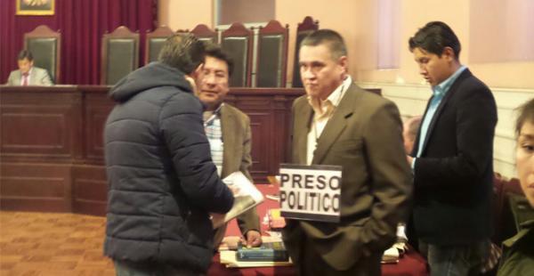 El abogado de la expareja de Evo Morales, Eduardo León, asistió a su audiencia cautelar con un letrero