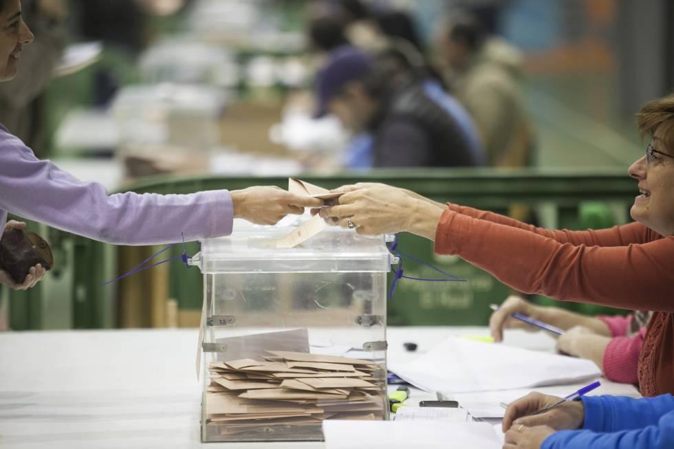 Una de las mesas de votación en las elecciones del 20-D.