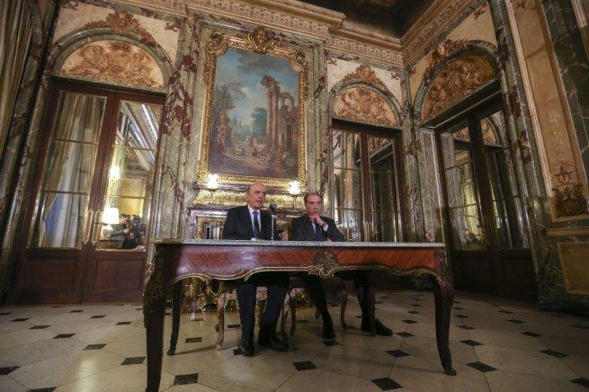 El nuevo canciller de Brasil, José Serra (i), habla junto al senador brasileño Aloysio Nunes Ferreira (d) durante una rueda de prensa