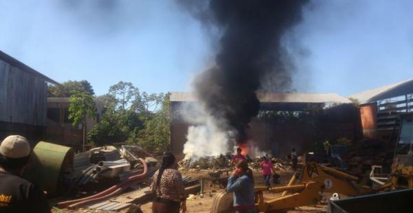 Los vecinos se movilizaron para evitar que las llamas se extendieran