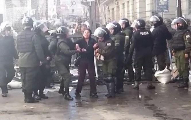 Policía gasifica, dispersa con agua y detiene a discapacitados que intentan entrar a plaza Murillo