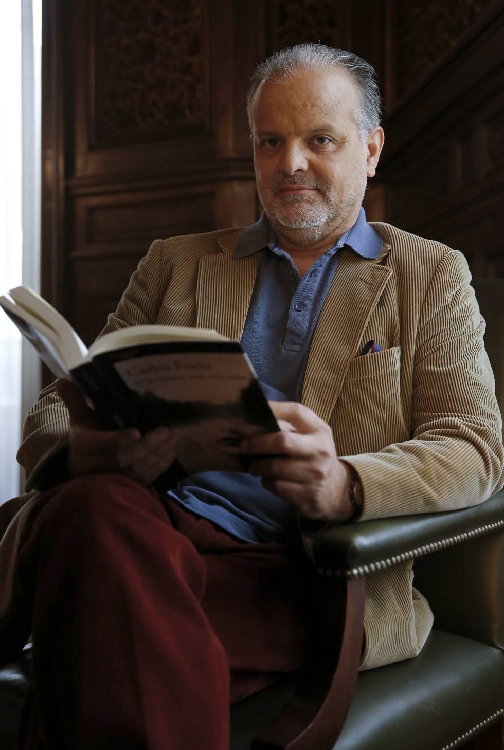 El escritor Carlos Franz posa con su libro