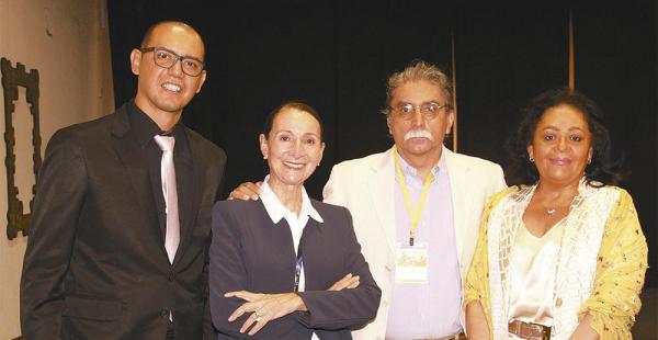 El representante del Ministerio de Culturas, Edson Hurtado, con Sarah Mansilla, Homero Carvalho y Betty Tejada