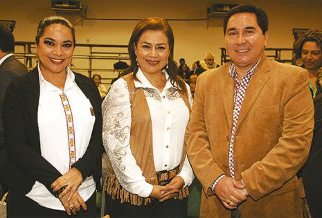 El alcalde de San José de Chiquitos, Germaín Caballero acompañado de Lorena y Elizabeth Saavedra