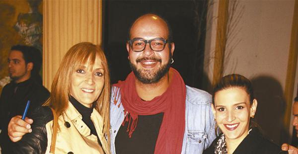 El escritor al lado de su madre, Carol Nállar de Valverde, y de su hermana, Daniela Valverde