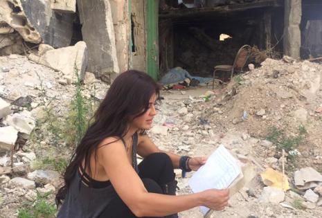 La actriz estudiando el guión de actividades de la jornada