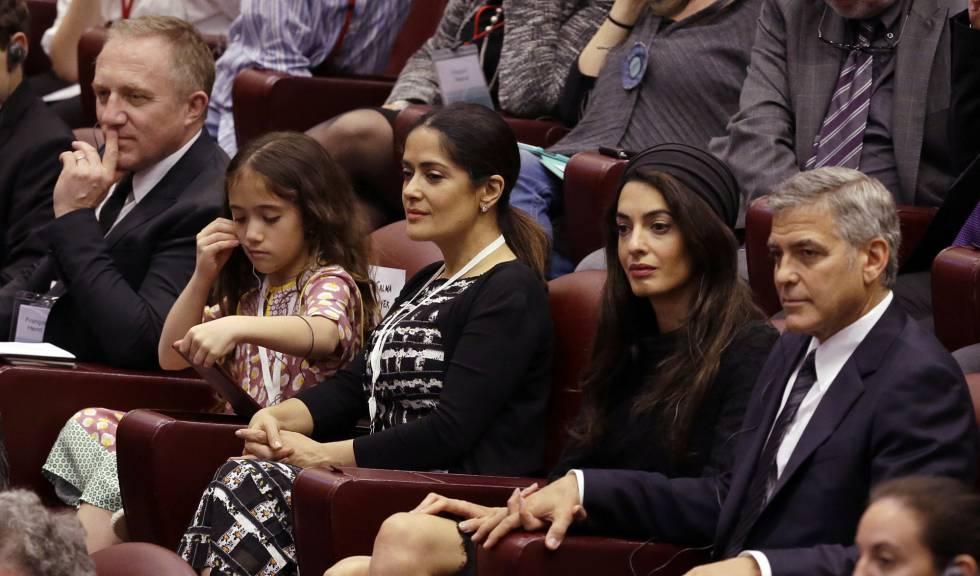 George y Amal Clooney, seguidos de Salma Hayek, su hija y el marido de la actriz, Francois-Henri Pinault, en el encuentro con el Papa.