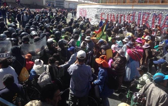 Dos marchas impiden el paso entre las ciudades de La Paz y El Alto