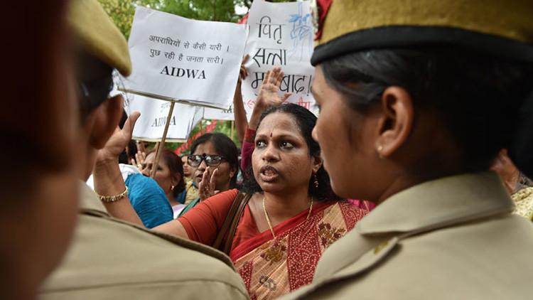 Activistas indias gritan consignas en una protesta en Nueva Delhi, el 4 de mayo de 2016.