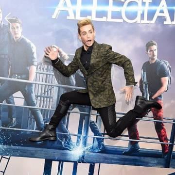 Frankie Grande, hermano mayor de Ariana, demuestra su agilidad para saltar.
