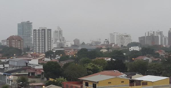 La ciudad amaneció con llovizna, durante el día seguirán las precipitaciones fluviales.