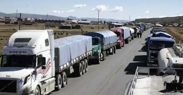 El transporte pesado del país está presionando exigiendo la solución a su demanda mediante bloqueos en Santa Cruz, Chuquisaca, Cochabamba y Tarija