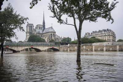La catedral de Notre Dame de París desde la orilla inundada del Sena en París./ EFE