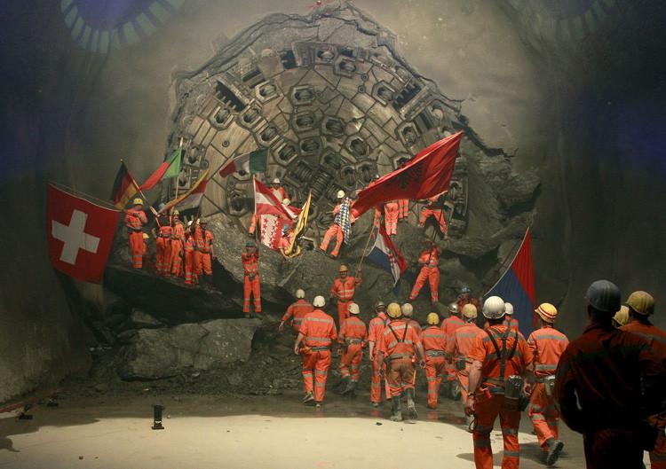 Mineros sujetan las banderas de distintos países europeos durante la última fase deconstrucción del túnel en la sección Sedrun-Faido, el 23 de marzo de 2011.