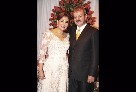 Maely Salvatierra de Suárez y 'Vico' Suárez. Los felices padres acompañaron en todo momento a la quinceañera