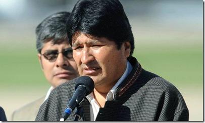 Télam Buenos Aires 28/10/2010El presidente de Bolivia, Evo Morales, recien arribadi  al pais, dirige la palabra desde la pista del Aeroparque Metropolitano. Foto:Daniel Luna/Télam/rve