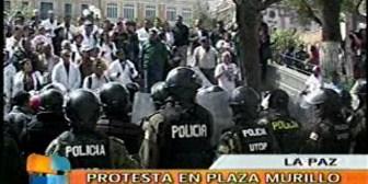 Médicos burlan vigilancia policial y protestan frente a Palacio