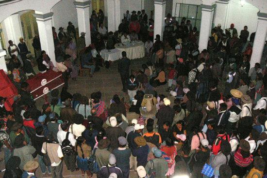 ASAMBLEA. Comunarios de la zona de Río Chico y autoridades municipales se reunieron en el patio de la Alcaldía