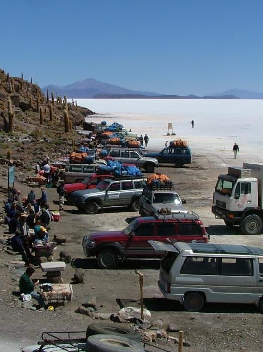 Miles de turistas visitan el Salar de Uyuni.