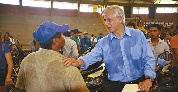 El vicepresidente entregó carros hamburgueseros y bicicletas ayer en Trinidad. Está en campaña