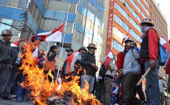 CONFLICTO. Mineros, estudiantes y de otros sectores de Potosí protestan en la avenida Mariscal Santa Cruz, en La Paz. -   Archivo La Prensa