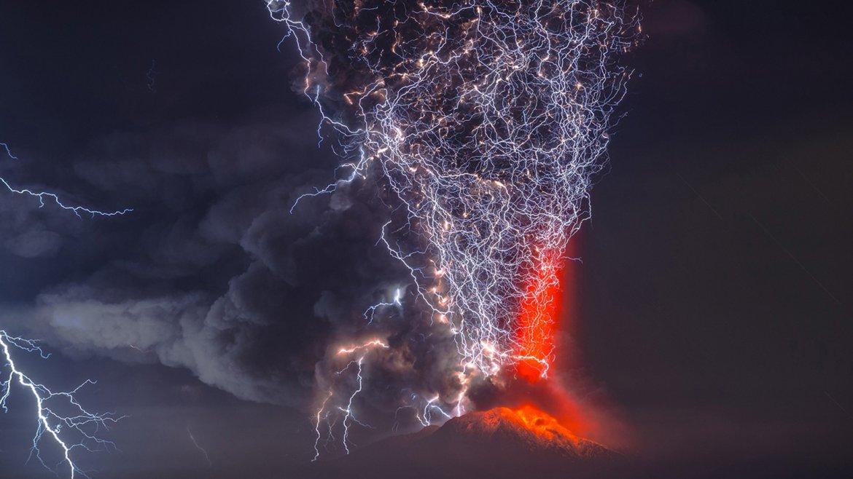 Erupción del volcán Calbuco al sur de los lagos de Santiago, capital de Chile