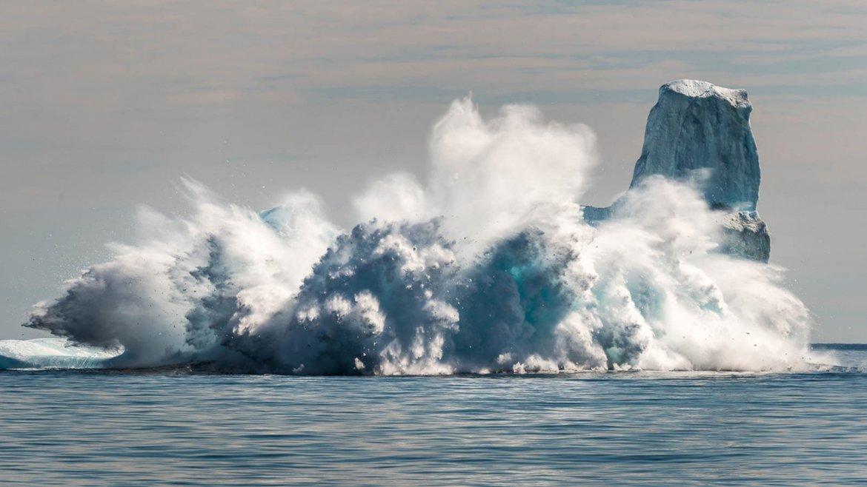 En julio de 2015, el mes más caluroso en la historia, un iceberg colapsa bajo el sol sofocante Groenlandia