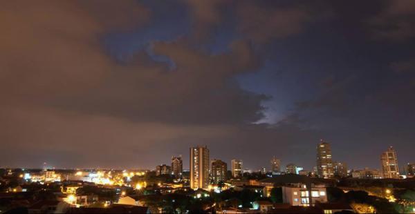 Después de la ola de calor que vivió Santa Cruz; rayos, truenos y centellas le antecedieron a la esperada lluvia de la noche del martes que refrescó el clima