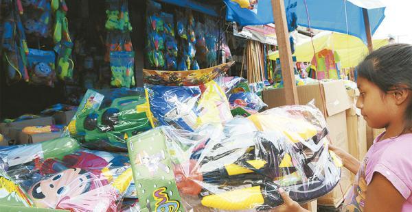 la fiesta mueve el comercio  aumenta  la venta  de productos carnavaleros en la ciudad En los mercados  ya se venden chisguetes, globos y otros envases para jugar con agua