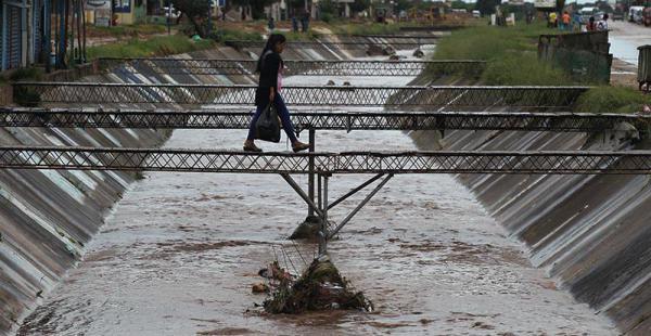 Los canales casi se llenan con la lluvia de ayer; hoy llegará un surcito