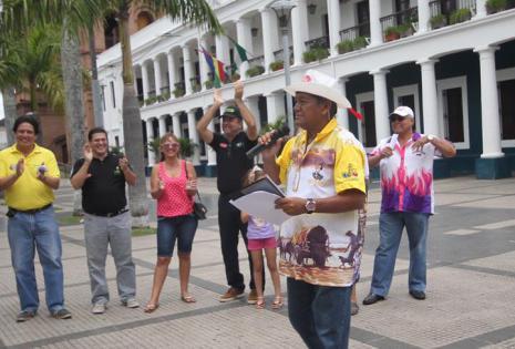 Ciro Medrano, presidente de la Asociación de las comparsas tradicionales, leyendo el bando en representación de la comparsa los Botaratas