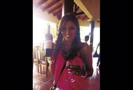 Raquel Rivera - Miss Bolivia Mundo 1999 . Vive en Santa Cruz hace 19 años, en todo este tiempo ha ganado muchas comadres. En las fiestas no falta el tradicional vinito