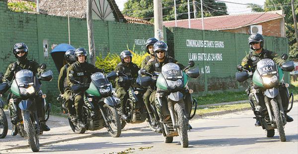 Un contingente policial partió la mañana de este viernes hacia los dos puntos que permanecen bloqueados en la capital cruceña con la orden de persuadir para levantar la movilización