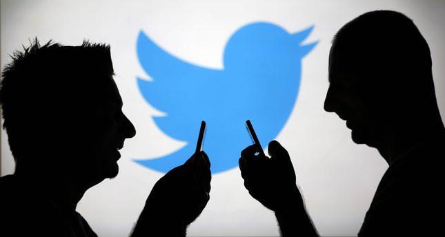 siluetas de personas con logo de twitter