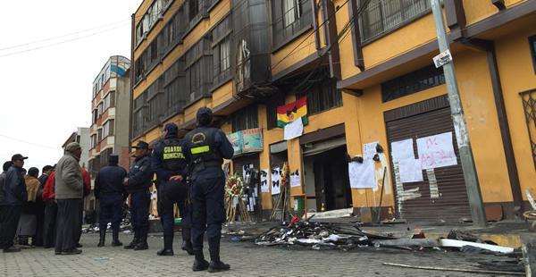 Una vigilia permanente se instaló frente al edificio quemado. Solo quedan fierros retorcidos y documentación convertida en ceniza.