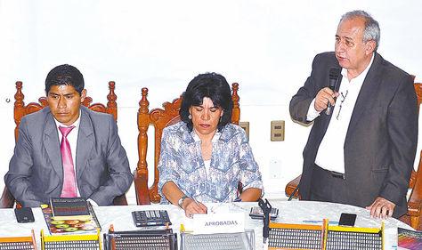SUCRE. La presidenta del Tribunal Supremo Electoral (TSE), Katia Uriona (c), y el vicepresidente de esa entidad, Antonio Costas (der.), en la entrega del informe preliminar del cómputo.