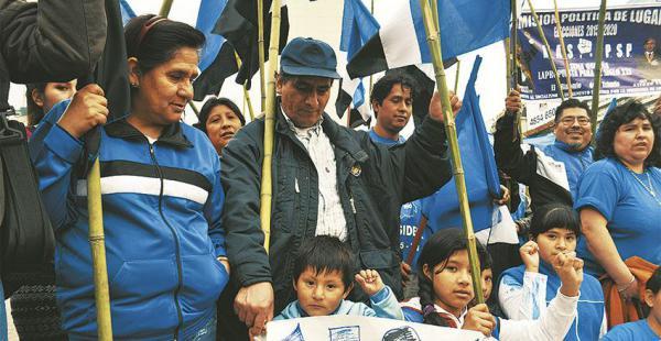 En 2014, el MAS apeló a colectivos de residentes bolivianos para su campaña (f). Hoy repite la fórmula