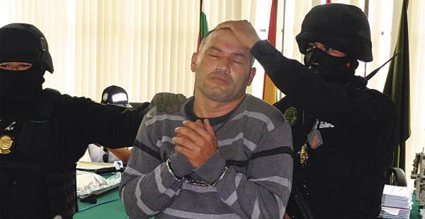 Los policías hicieron que Héctor Patricio Meneses Chango levantara la cara para la prensa