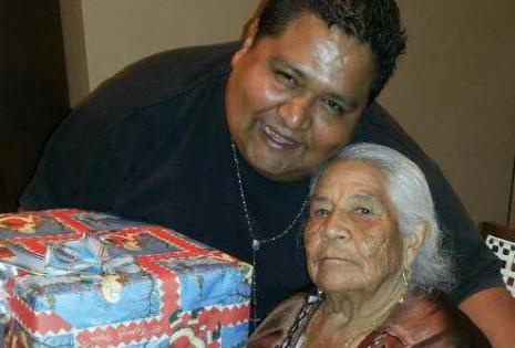 Javier Vargas acompañado de su abuela Elena Garete