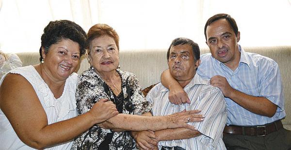 'Mosito' con su hermana, Ingrid; su mamá, Bertha Atalá; y su hermano, 'Pimpo'