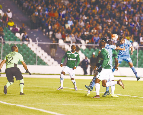 Cabezazo. El delantero Juan Carlos Arce convierte el primero de los tres tantos que hizo anoche. Con el frentazo abrió la goleada de la Academia sobre el colombiano Deportivo Cali.