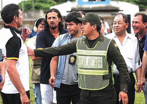 Gritos. Soria (izq.), DT de The Strongest, discute con su colega Leeb (der.). Entre ellos, Carlos Romero.
