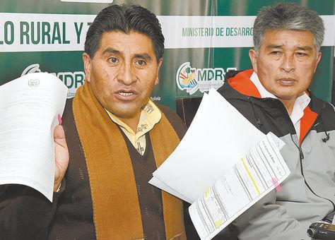 Réplica. El ministro Cocarico muestra las notas de compra del camión.