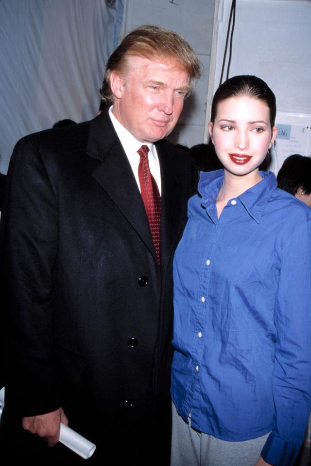 Una Ivanka Trump adolescente posa con su padre en 1999. Entonces, Bill Clinton era presidente.