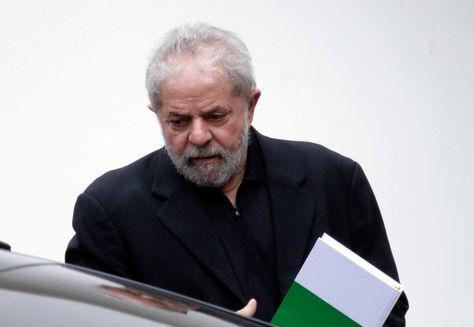El expresidente brasileño Luiz Inácio Lula da Silva sale de un desayuno con senadores de la base del Gobierno de la presidenta Dilma Rousseff.