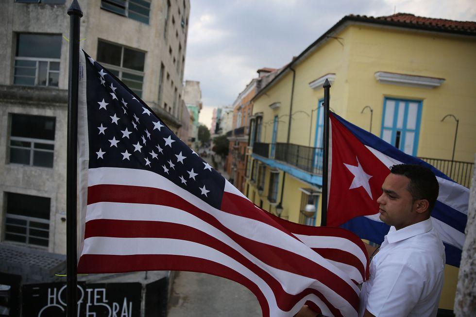 Las banderas estadounidense y cubana en La Habana Vieja