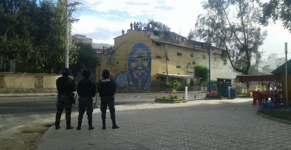 Los internos exigen mejores tratos de la Policía Foto: Antonio Ortiz