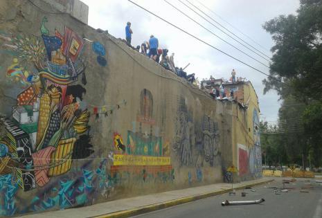 Los internos lanzaron objetos en llamas al techo y fuera del penal. Foto: Antonio Ortiz