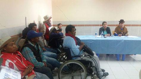 La reunión entre las ministras Ariana Campero (Salud), Virginia Velasco (Justicia) y los representantes de discapacitados en Parotani. Foto: @MinSaludBolivia