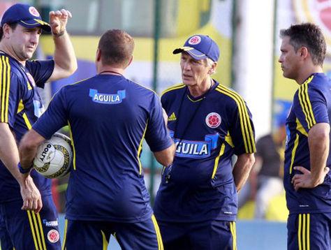 El seleccionador de Colombia, José Pekerman (segundo desde la der.), conversa con su cuerpo técnico. Foto: www.vanguardia.com
